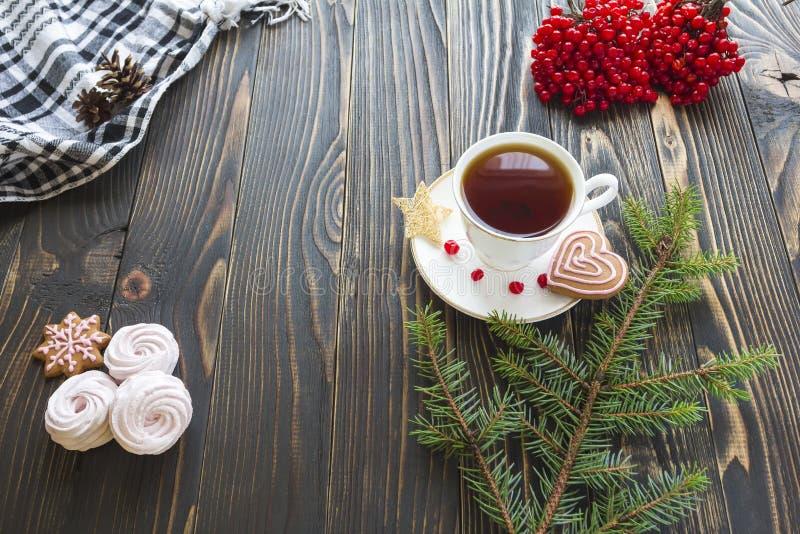 Widok od above na drewnianym stole z marshmallow, jagodami, ciastkami, sosny gałąź i herbata setem, obraz royalty free