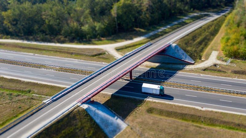 Widok od above na jazdy ciężarówce na autostradzie pod mostem fotografia royalty free