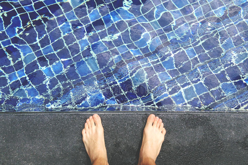 Widok Od Above na Ogołacaliśmy Męskich ciekach przy Pływackiego basenu stroną obraz stock