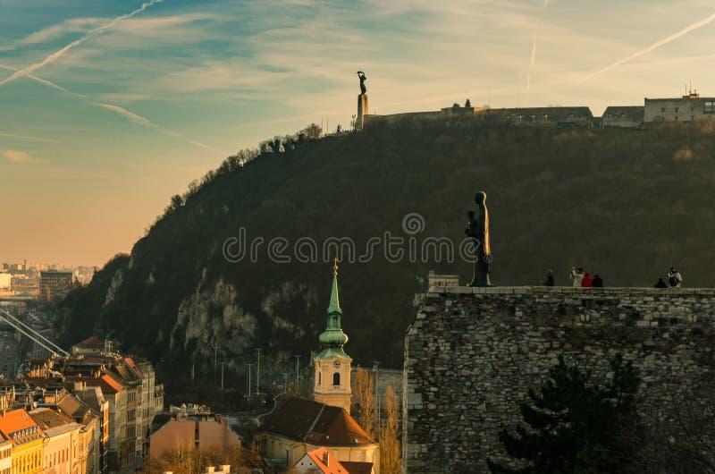Widok od Budapest kasztelu w kierunku Gellert wzgórza, statua ogląda nad miastem w przedpolu obrazy stock