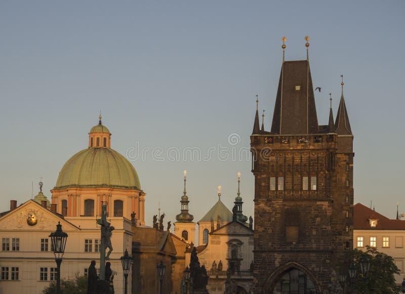 Widok od Charles mosta na Mala Strana mosta wierza z kościół i pallace stary Praga przy zmierzch złotą godziną zaświecamy obraz stock