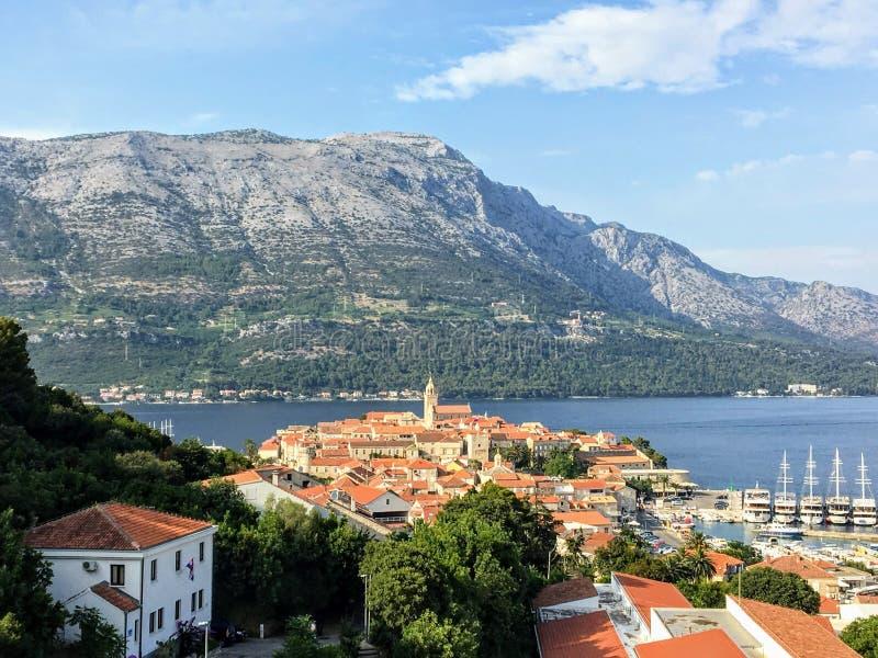 Widok od daleko patrzeć w dół przez drzew od punktu obserwacyjnego piękny antyczny Chorwacki miasteczko Korcula obraz royalty free