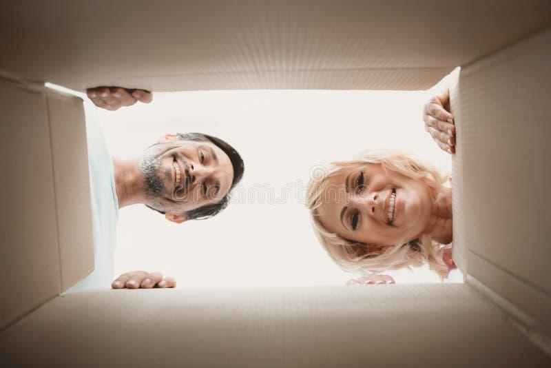 Widok od dna karton Dwa Szczęśliwej twarzy obraz royalty free