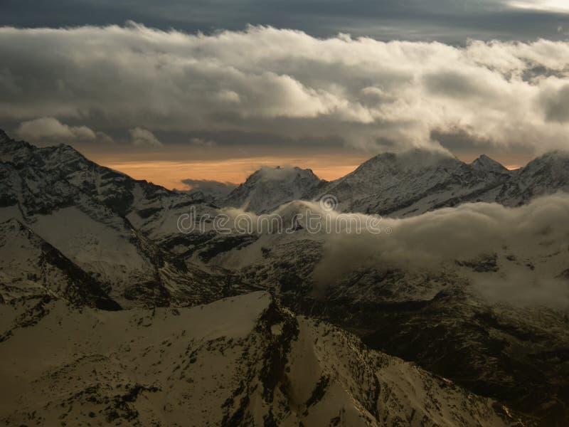 Widok od duża wysokość punktu widzenia w Alps na śniegu zakrywał góry w zima wieczór obrazy royalty free