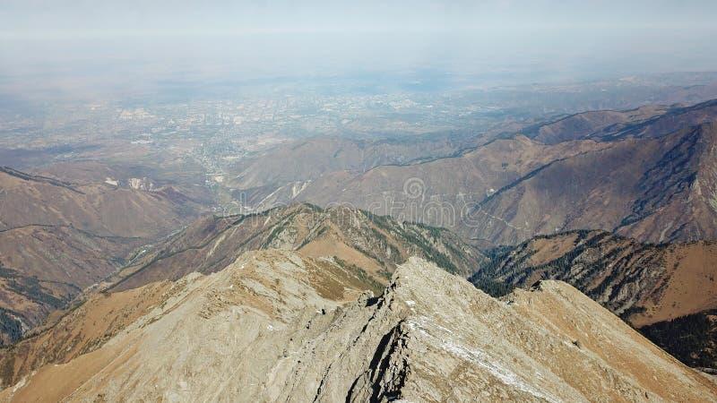 Widok od Dużego Almaty szczytu miasto Almaty Kamienna skała, niebieskie niebo, chmury i ciemny smog, zdjęcia stock