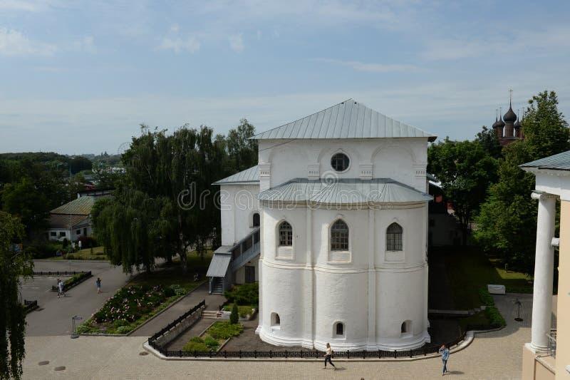 Widok od dzwonkowy wierza transfiguracja monaster Yaroslavl na refektarz sali zdjęcia stock