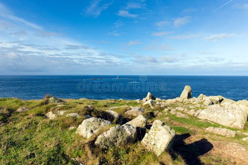 Widok od Gruntowej ` s końcówki Cornwall Anglia UK wliczając Longships latarni morskiej Kornwalijskiego wybrzeża i obraz stock
