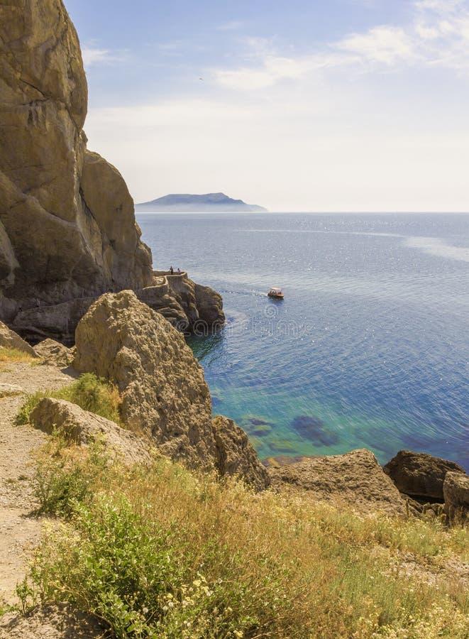 Widok od halnej ścieżki Czarny morze zatoka i góry na horyzoncie, obrazy stock