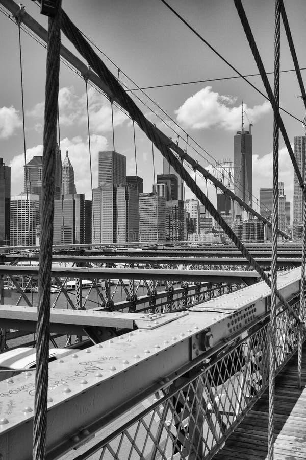Widok od historycznego mosta brooklyńskiego na Miasto Nowy Jork, Nowy Jork, zdjęcie royalty free
