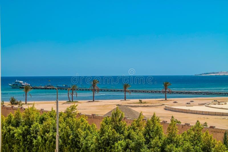 Widok od hotelowego okno czerwony morze plaża i marina pod niebieskim niebem, zdjęcie stock