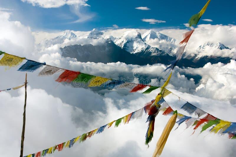 Widok od Langtang Ganesh Himal z modlitewnymi flaga obraz stock