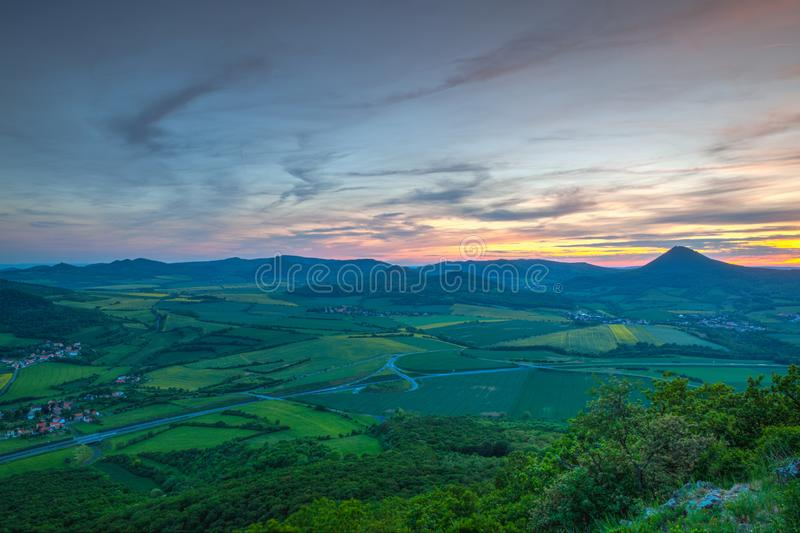 Widok od Lovos wzgórza Zmierzch w ?rodkowych Artystycznych ?redniog?rzach, republika czech zdjęcie royalty free