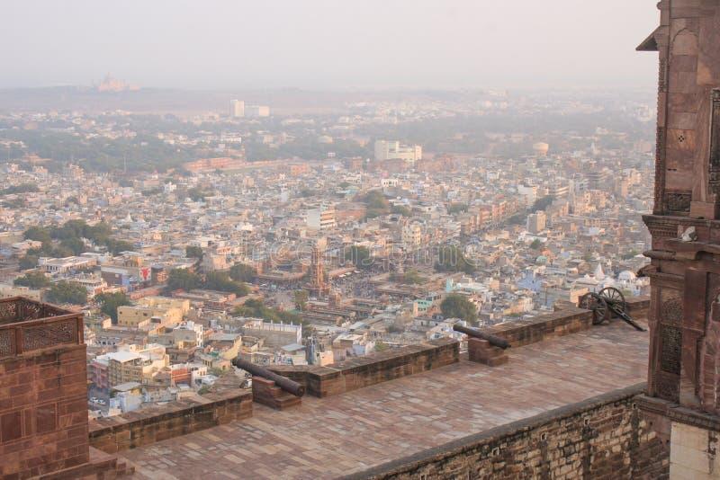 Widok od Mehrangarh fortu z kanonem na ramparts przegapiać obraz stock