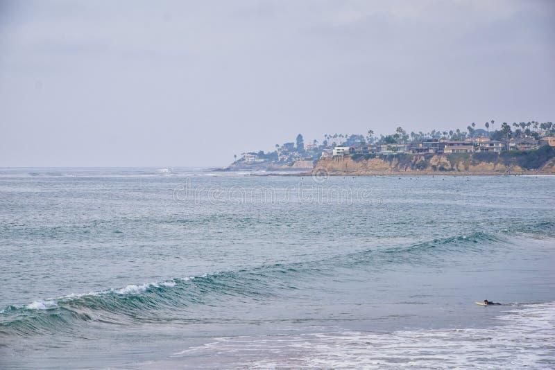Widok od misji plaży w San Diego, mola Jetty i piasek, wokoło surfingowów, wliczając znaków ostrzegawczych, drzewka palmowe, fale obrazy royalty free