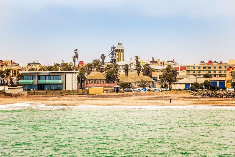 Widok od morza na linii brzegowej Swakopmund Niemiecki kolonista holowniczy zdjęcie royalty free