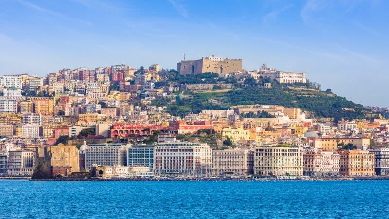 Widok od morza na Naples linii brzegowej, Castel Sant «Elmo lokalizuje na górze wzgórza zdjęcia stock
