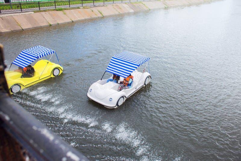Widok od mostu na jeździeckich ludziach w catamarans Aliaż łódź puszkiem rzeka Miasto rozrywki fotografia royalty free