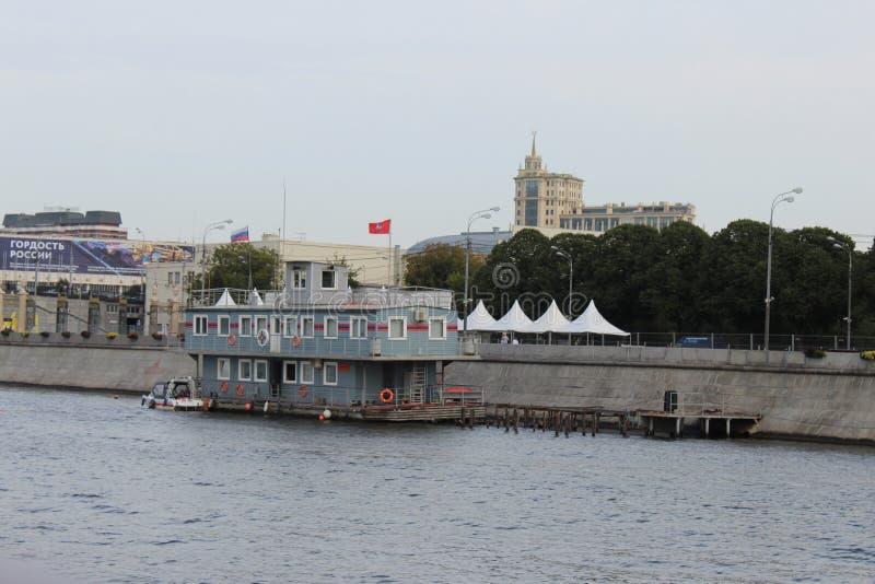 Widok od motorowego statku budynek Przeciwawaryjna Ratownicza us?uga Rosyjski Emergencies ministerstwo zdjęcie stock