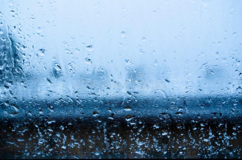 Widok od okno na mokrym zima krajobrazie Mokrzy śniegu i bielu dachy obrazy stock