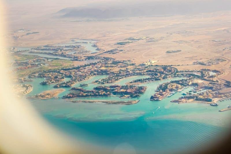 Widok od p?askiego okno na kurort pla?y terenie Czerwony morze Ja jest widoczny część pustynia, stróżówki hotele, zdjęcia royalty free