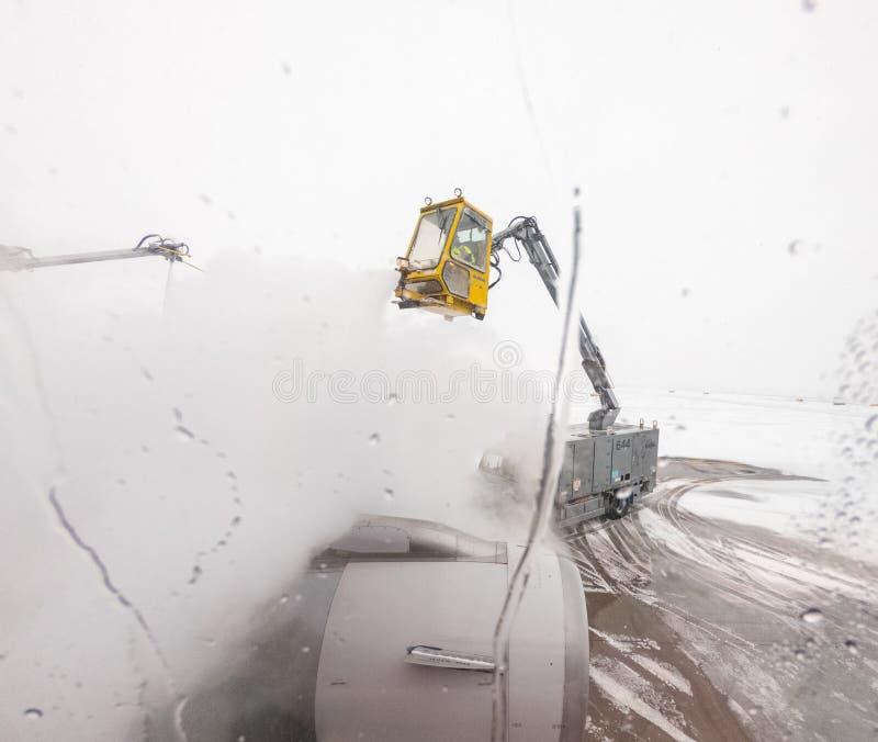 Widok od pasażerskiego okno odladzać samolotu skrzydło obrazy stock