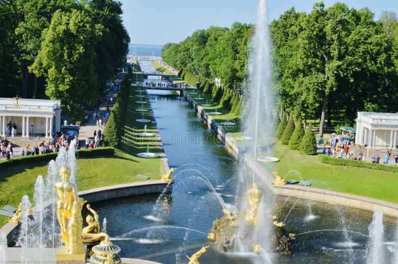 Widok od Peterhof, Peters - Wielkiej lato siedziby główny jard obraz stock