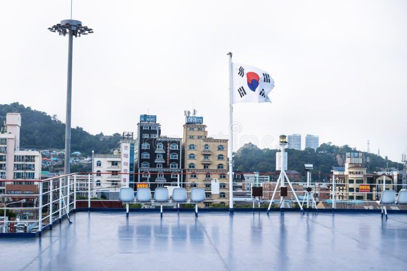 Widok od pokładu prom z Poludniowo-koreańską flaga miasto Mokpo, Południowy Korea obraz stock