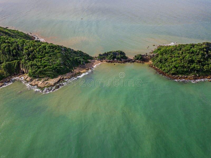 Widok od Ponta robi Pai Vitorio pogodnemu letniemu dniu w Rasy plaży, Armacao dos Buzios, Rio De Janeiro, Brazylia E zdjęcia stock