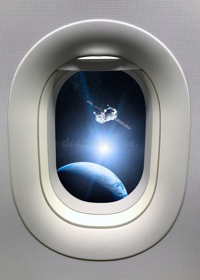 Widok od porthole okno na statku kosmicznego wodowanie w przestrzeń Elementy ten wizerunek meblujący NASA zdjęcie royalty free