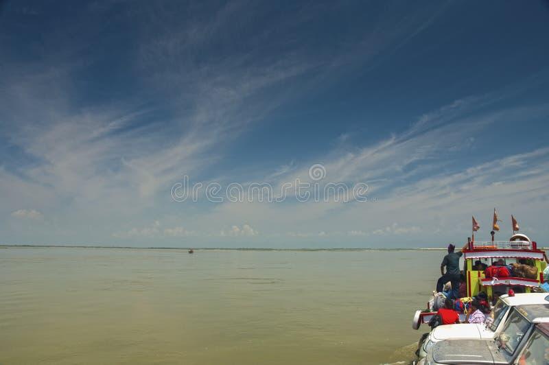 Widok od promu podczas gdy krzyżujący Brahmaputra rzekę blisko Tinsukia, Assam zdjęcie stock