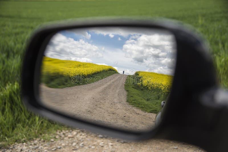Widok od rearview lustra pielgrzym na Camino de Santiago zdjęcia royalty free