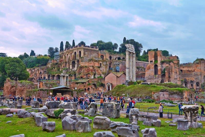 Widok od Romańskiego forum który jest znacząco forum w antycznym Rzym zdjęcie stock