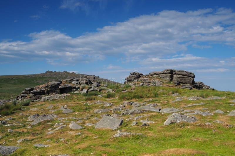Widok od Rowtor z zachodu młynu Tor w tle z bielem chmurnieje w niebieskim niebie, Dartmoor zdjęcia royalty free