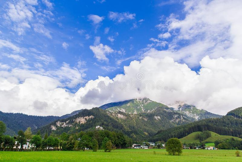 Widok od Saalfelden w Austria w kierunku Berchtesgaden zdjęcie stock