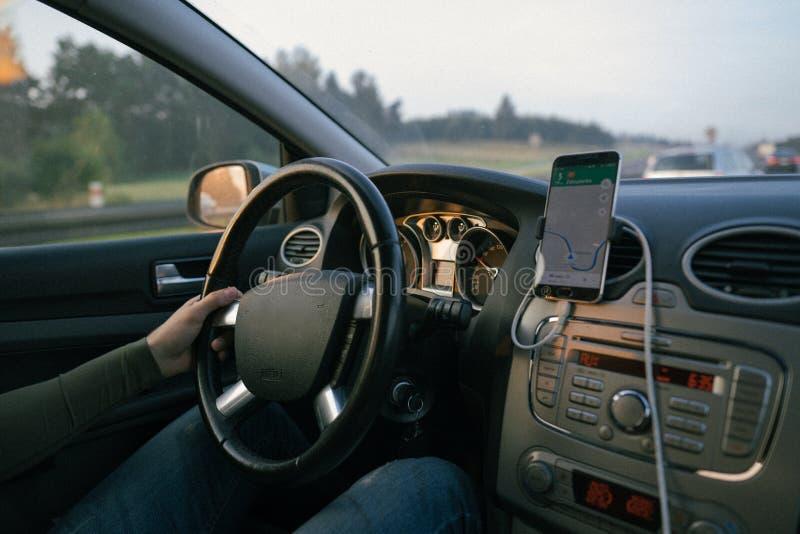 Widok od samochodowego podróżujący drogę w porę na zmierzch zdjęcie royalty free