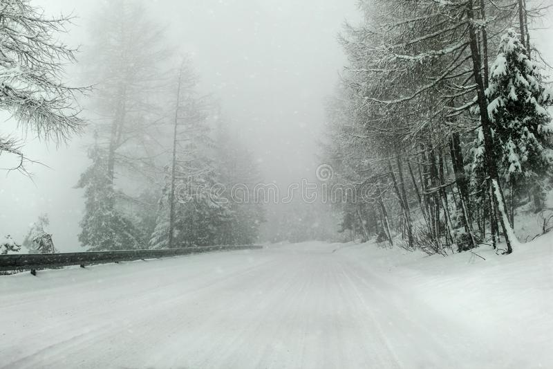 Widok od samochodowej jazdy przez śniegu zakrywał zimę, ciężki snowin obraz royalty free