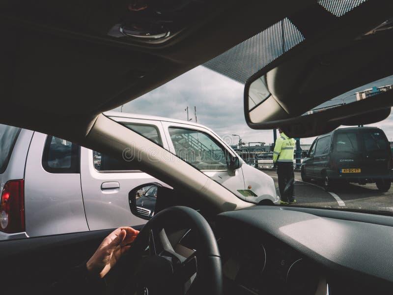 Widok od samochodu mężczyzn wytyczni samochody na ferryboat obraz royalty free