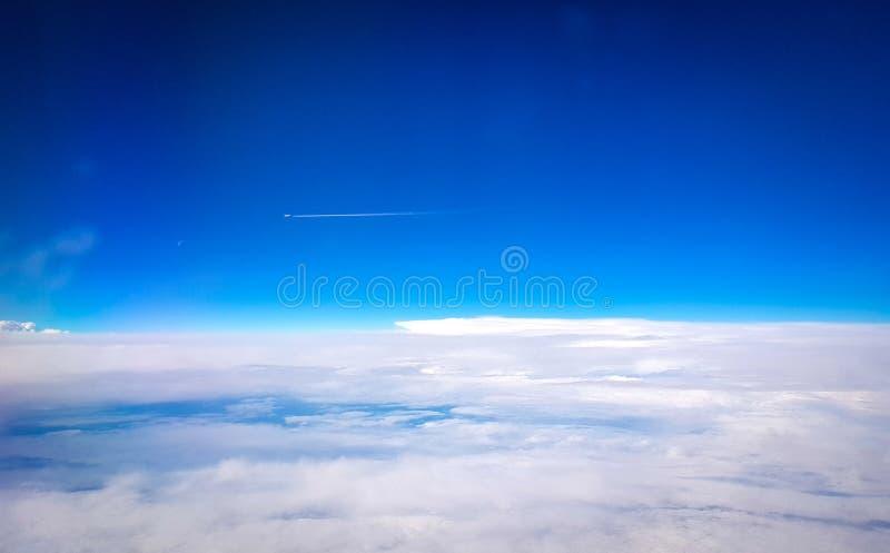 widok od samolotu w wzroscie rejs niebieskie niebo z kilwaterem inny samolot w podrzędnej części fotografia a i fotografia stock