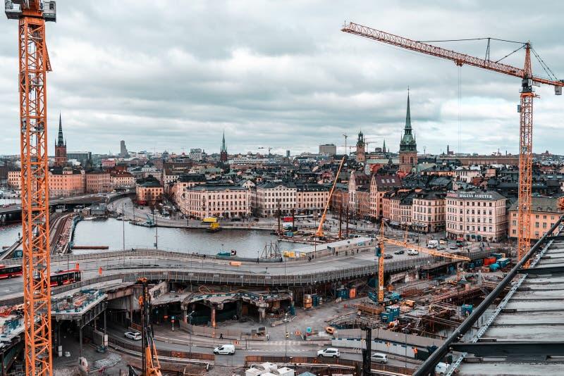 Widok od Slussen w kierunku starej części miasto z wielkiej skali robot budowlany zdjęcie royalty free
