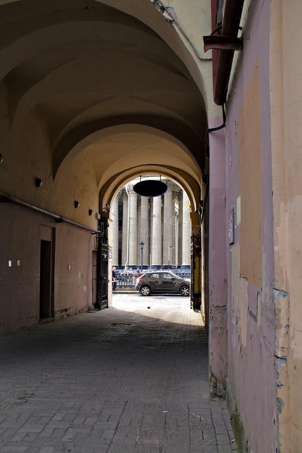 Widok od starego podwórza kolumny Kaz i ulica obrazy stock