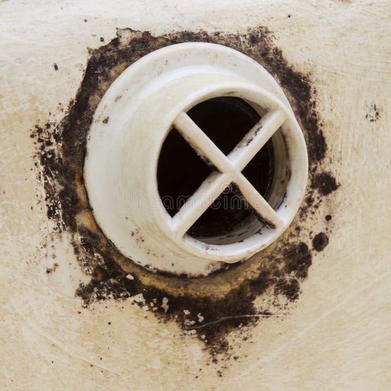 Widok od strony czarna foremka na łazienka przelewie Zagrożenie życia zdjęcia stock