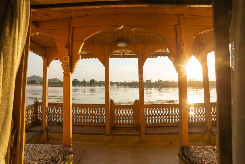Widok od tradycyjnego houseboat na Dal jeziorze w Srinagar fotografia royalty free
