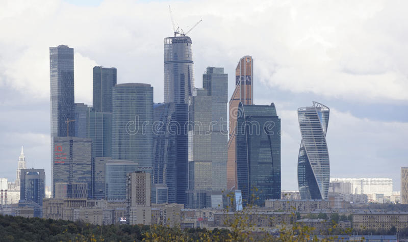 Widok od Vorobyovy wzgórzy na mieście zdjęcia stock