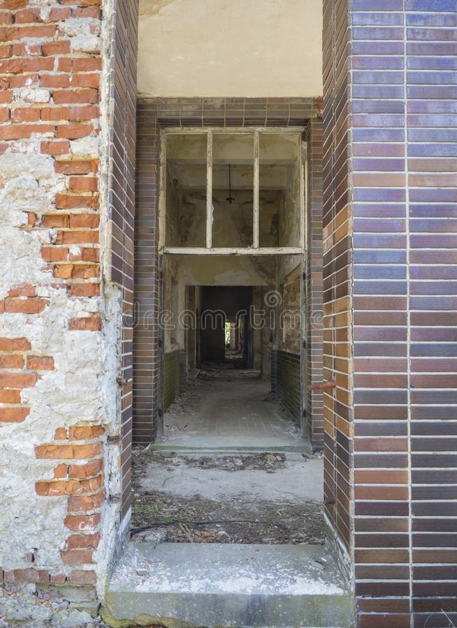 Widok od wejściowego drzwi wnętrze zaniechany rujnujący budynek dom, ruiny z pustym korytarzem, łamający okno obraz stock
