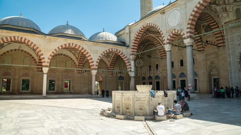 Widok od wewnętrznego sądu Selimiye meczet w Edirne Ludzie wykonują ablucję przed ono modli się w meczecie obrazy royalty free