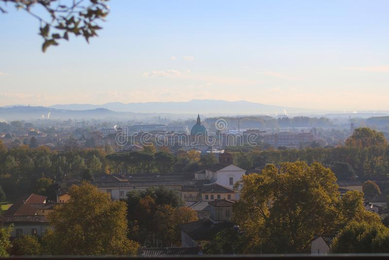 Widok od wierzchołka dalecy dachy Lucca fotografia stock