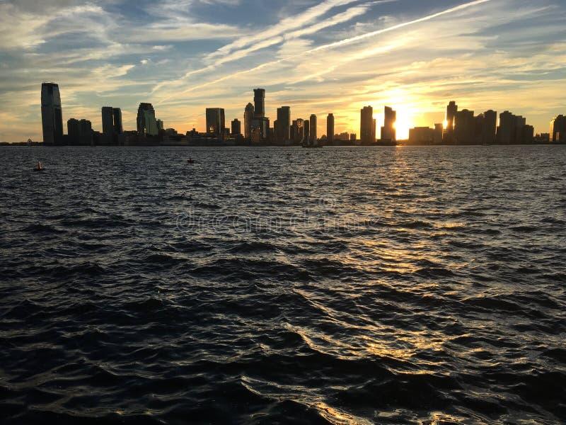 Widok od wody drapacz chmur Manhattan od hudsona przy zmierzchem w Nowy Jork zdjęcie royalty free