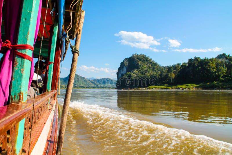 Widok od wolnej łodzi Luang Prabang, Laos wzdłuż Mekong obraz stock