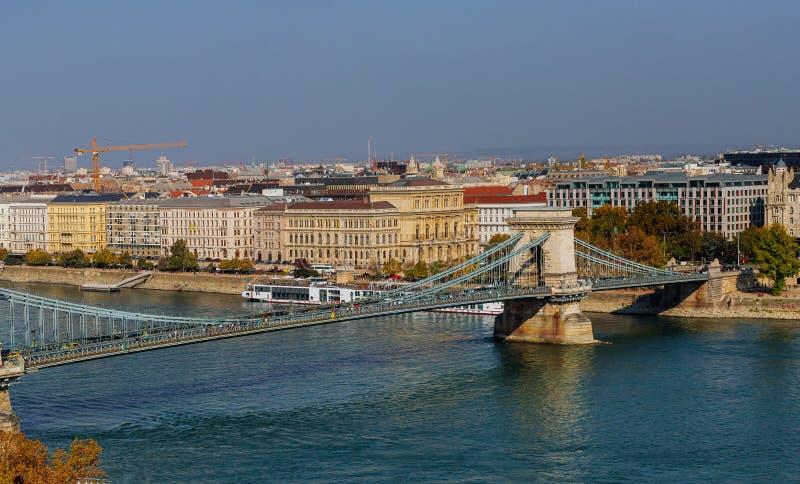 Widok od wzgórza łańcuszkowy most w Budapest Danube rzeka Ogólna panorama miasto fotografia stock