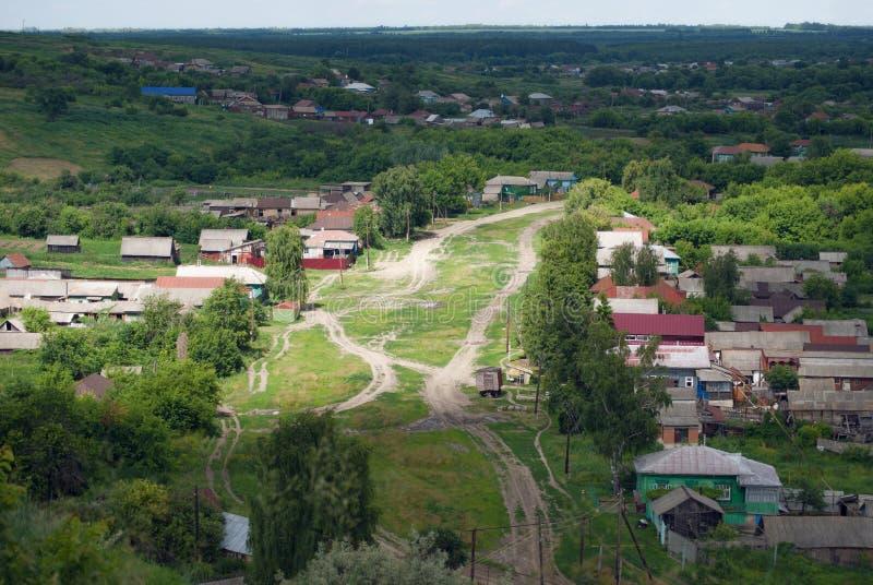 Widok od wzgórzy wioska i wijące drogi ulica zdjęcia royalty free